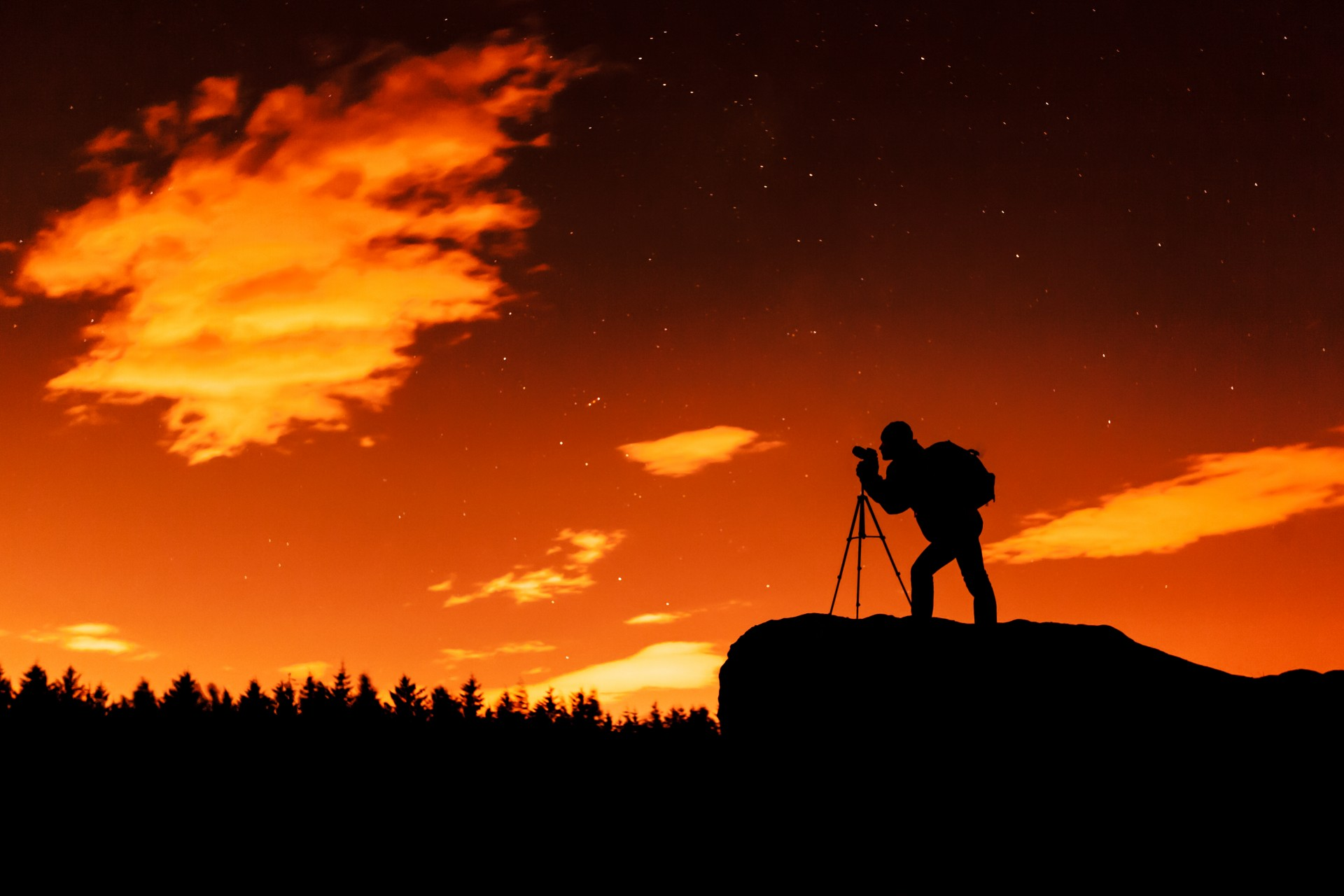 photographer-silhouette-at-night-1377179572fWP